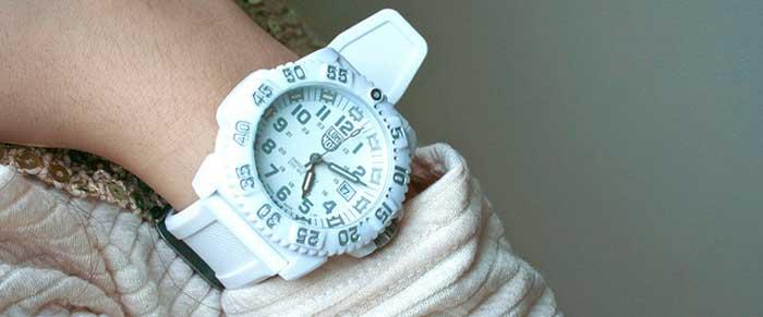 Как удалить пятна краски для волос с белого резинового браслета или ремешка часов?