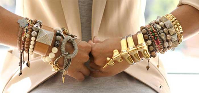 Много браслетов на руке - как носить красиво?