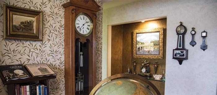 Композиция из нескольких настенных маятников часов как оригинальный элемент декора