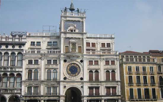 Часы и архитектура - знаменитая башня Torre dell'orologio на площади Сан Марко