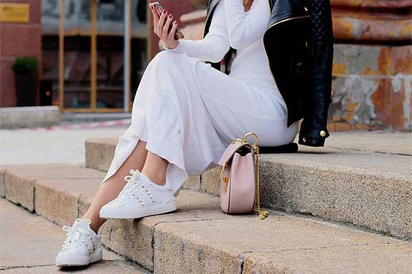Платье с кедами или кроссовками: модный лук гарантирован